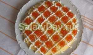 Салат с хурмой, кальмарами и красной икрой – рецепт пошаговый с фото