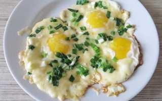 Нежная вареная яичница с сыром – рецепт пошаговый с фото
