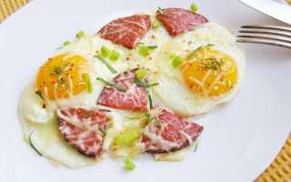 Глазунья с колбасой, сыром и зеленью – рецепт пошаговый с фото
