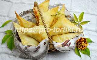 Пирожки из слоеного теста с куриным филе и луком в духовке – рецепт пошаговый с фото