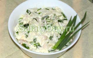 Салат из листьев салата с яйцом и луком – рецепт пошаговый с фото
