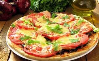 Пицца с обжаренными грибами и сосисками с адыгейским и мраморным сыром – рецепт пошаговый с фото