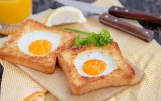 Яичница с кусочками хлеба и помидорами на сковороде – рецепт пошаговый с фото
